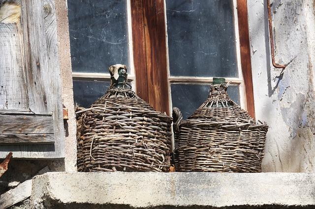 demižony na okně
