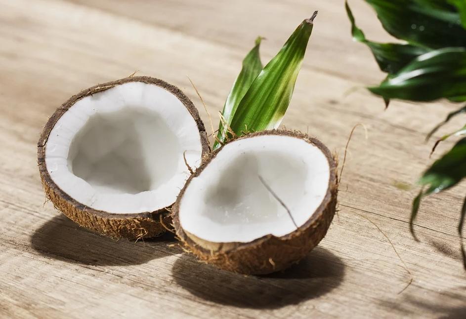 rozpůlený kokosový ořech